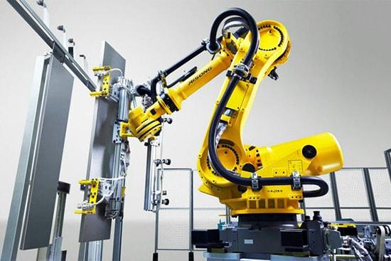 robot trong nha may san xuat thang may